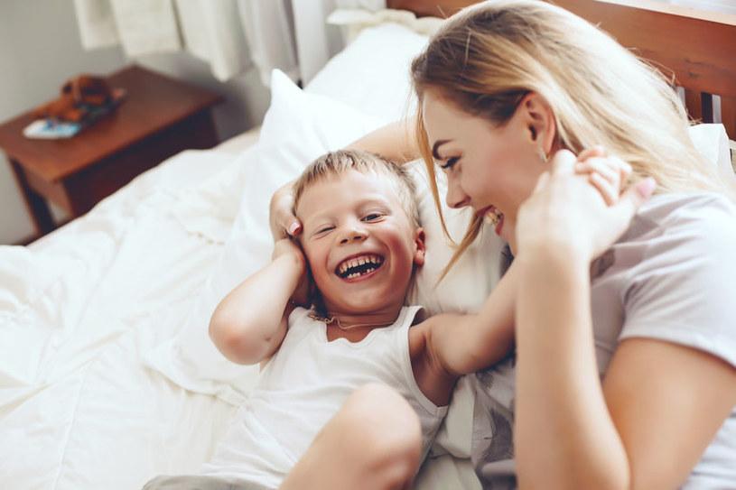 Bądź z dzieckiem tu i teraz, poświęcaj mu 100 proc. uwagi /123RF/PICSEL