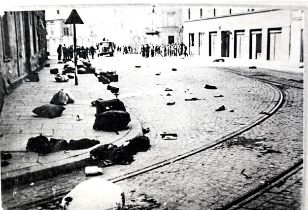 Bagaże pozostawione na ul. Lwowskiej po akcji likwidacji getta krakowskiego w marcu 1943 r. /