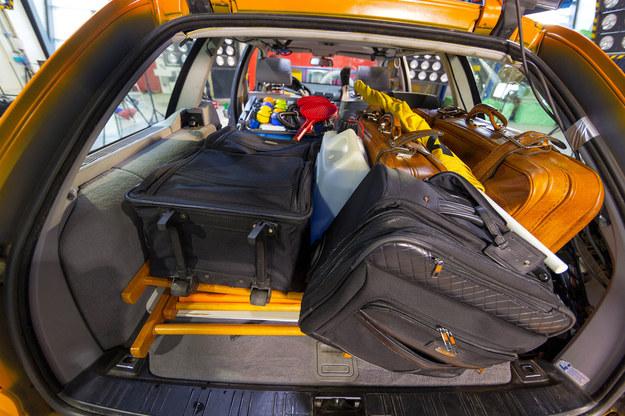 Bagaże rozmieszczono chaotycznie i bez żadnego zabezpieczenia. Lewa część kanapy złożona. /ADAC