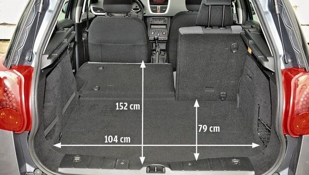 Bagażnik 207 swoją pojemnością ustępuje rywalom z grupy Volkswagena. Plus za regularne kształty przestrzeni ładunkowej i najlepszy system składania oparć. /Motor
