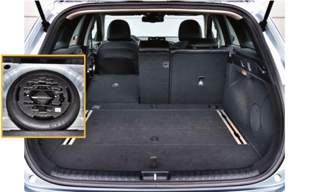 Bagażnik (625 l) – niezbyt wysoki, ale za to głęboki i szeroki. Z prawej: głośniki opcjonalnego audio JBL. Każda z odmian Ceeda Kombi standardowo oferuje dojazdowe koło zapasowe. /Motor