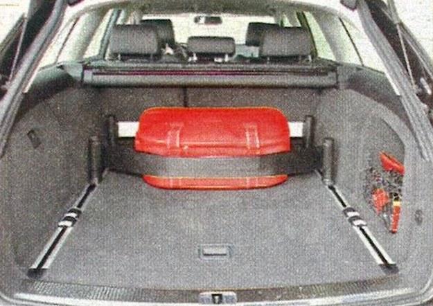 Bagażnik Allroada jest bardzo pojemny, ma także regularne kształty. System szyn i pasów mocujących bagaż jest elementem wyposażenia dodatkowego. /Motor
