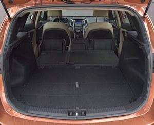 Bagażnik i30 ma pojemność od 528 do 1642 l. Całkiem płaską powierzchnię uzyskuje się składając siedziska oraz oparcia kanapy. /Motor