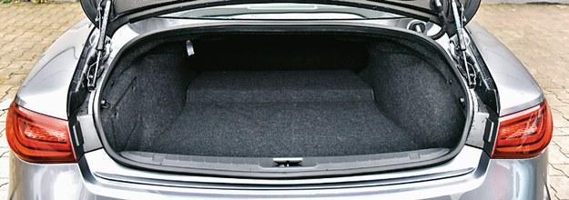Bagażnik jak w kompakcie (342 l). Nieregularny kształt, można za to złożyć oparcie (w całości). /Motor