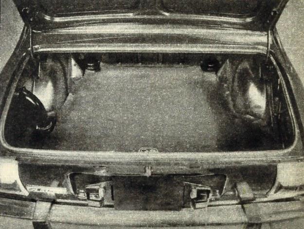 Bagażnik jest bardzo obszerny, bowiem i zbiornik paliwa i koło zapasowe udało się pomieścić pod podłogą. /Peugeot