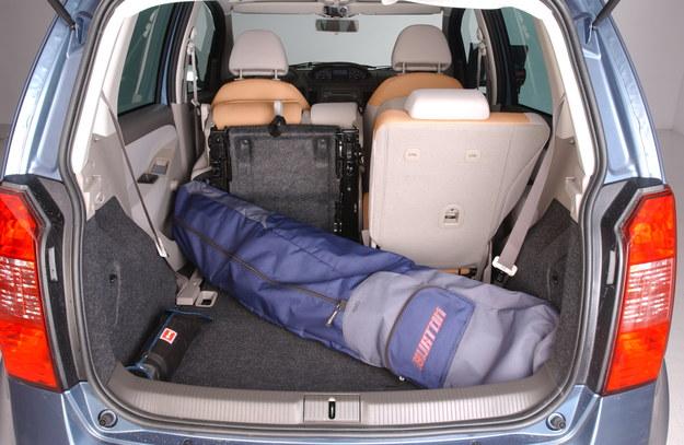 Bagażnik jest pakowny. Fotele tylnego rzędu można składać lub przesuwać. /Motor