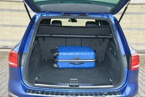 Bagażnik jest szeroki i głęboki. Na ścianie znajdują się przyciski do składania oparć kanapy i obniżania zawieszenia. /Motor