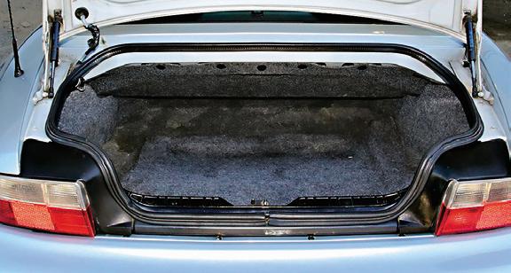 Bagażnik jest szeroki i płaski. Od góry ogranicza go wnęka na składany dach. Pojemność to zaledwie 165 l. /Motor