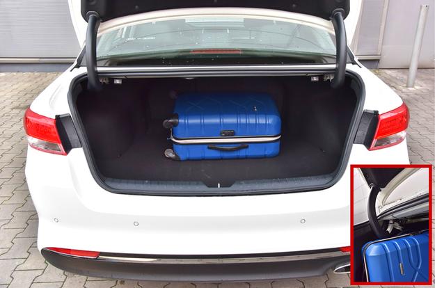 Bagażnik Kii ma nieduży otwór ładunkowy, ale sporą pojemność – 510 l. Niestety, zawiasy pokrywy bagażnika wnikają do środka i ograniczają funkcjonalność. /Motor