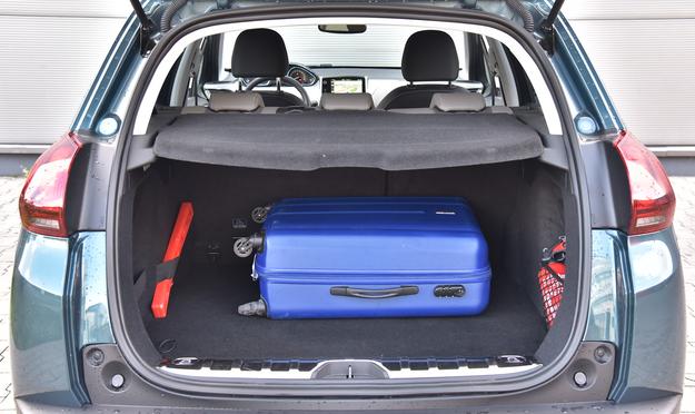 Bagażnik ma niski próg załadunku (63 cm nad ziemią) i niezłą pojemność (350-1194 l). /Motor