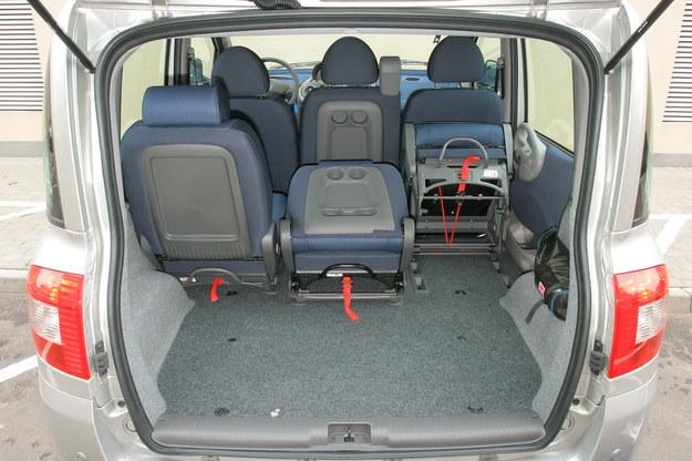 Bagażnik ma od 430 do 1900 litrów. Środkowe fotele z przodu i z tyłu można złożyć, uzyskując podłokietniki. /Motor