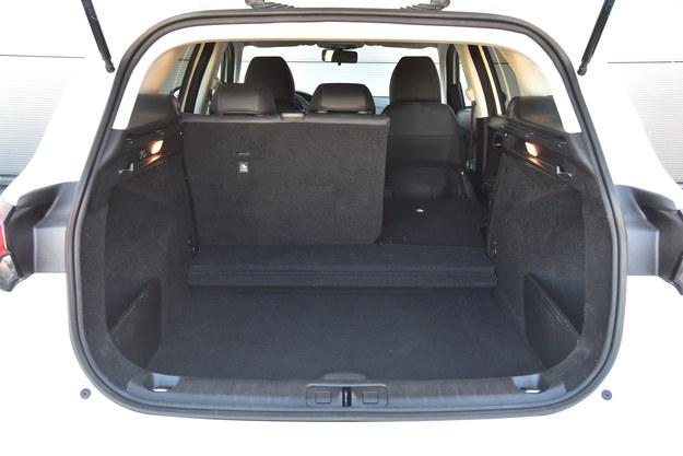 Bagażnik ma podwójną podłogę, a po bokach spore schowki. /Motor
