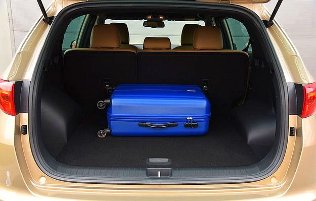 Bagażnik ma pojemność 491 l. Jest bardzo szeroki, ale jego boczne ściany wykonano z łatwego do porysowania plastiku. /Motor