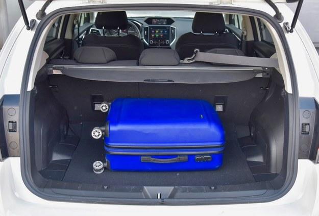 Bagażnik ma przyzwoitą, choć na pewno nie rekordową pojemność. Brakuje okienka w oparciu. /Motor