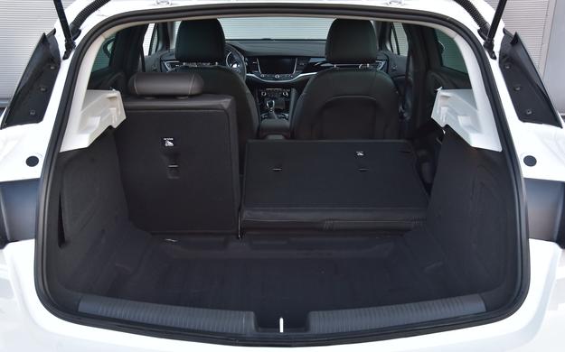 Bagażnik ma przyzwoitą pojemność 370 l, ale jego podłoga jest nierówna, a po złożeniu kanapy powstaje próg. /Motor
