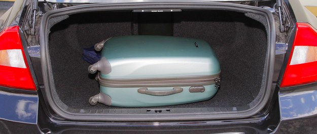 Bagażnik ma regularne kształty i pojemność 480 litrów. Zawiasy nie wchodzą do wnętrza. Oparcie kanapy można złożyć. /Motor