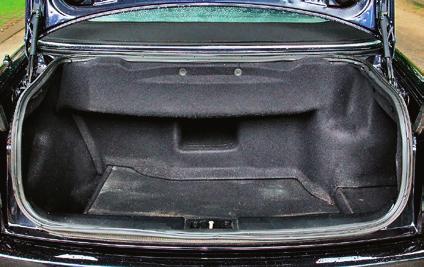 Bagażnik ma tylko 230 l pojemności. Otwór na narty był opcjonalny. /Motor