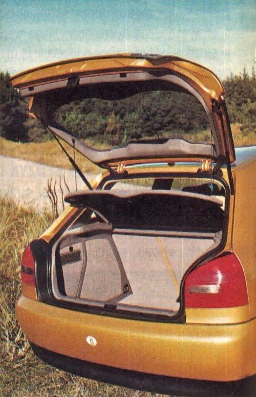 Bagażnik, podobnie jak i całe wnętrze, został elegancko wykończony. Po rozłożeniu oparć mieści 1100 dm3. Lakierowane zderzaki pozbawione listew ochronnych narażone są na otarcia. /Motor