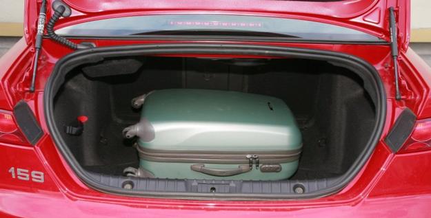 """Bagażnik sedana ma 405 l i wąski otwór załadunkowy. """"Winą"""" należy obarczyć stylistów nadwozia. /Motor"""