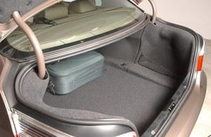 Bagażnik sedana ma 520 l. Zaskakuje prosta konstrukcja zawiasów i rewelacyjny dostęp od góry – błotniki zupełnie nie przeszkadzają. /Motor