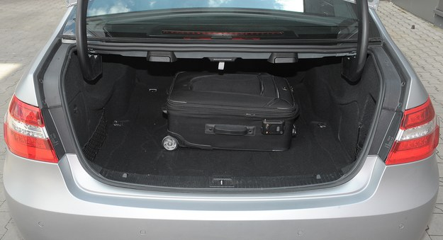 Bagażnik sedana ma 540 l (kombi zmieści aż 695 l). /Motor