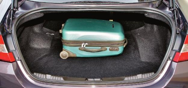 Bagażnik sedana ma pojemność 500 l. Zawiasy nie wnikają do wnętrza. Jeszcze więcej mieści kombi: 550-1675 l. /Motor