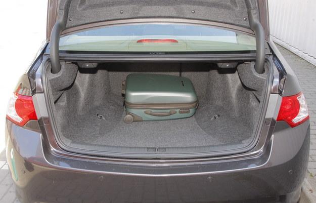 Bagażnik sedana ma przewężenie przy kolumnach zawieszenia. Kombi także. /Motor