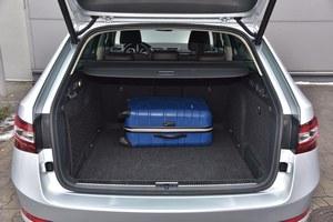 Bagażnik Superba kombi jest ogromy (pojemność 660 l do rolety), a jego kształt – regularny. Oparcia kanapy składa się, pociągając za dźwignie umieszczone po bokach. /Motor