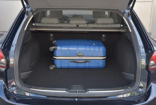 """Bagażnik """"szóstki"""" Sport Kombi ma pojemność od 522 do 1648 l. Dzięki siatce do kabiny nie wieje po otwarciu klapy. /Motor"""