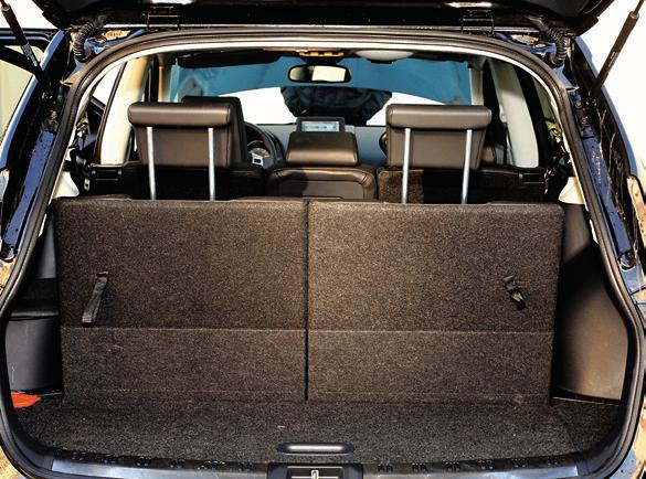 Bagażnik wersji +2 przy siedmiu miejscach jest symboliczny. Po ich złożeniu uzyskuje pojemność 450 litrów. /Motor