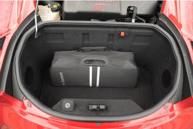 """Bagażnik znajduje się za silnikiem i ma jedyne 110 l. """"Dojazdówka"""" się tutaj nie zmieści. /Motor"""