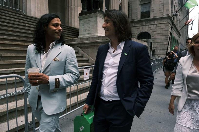 Baiju Bhatt (L) i Vlad Tenev, założyciele spółki Robinhood, w czasie spaceru na Wall Street /AFP