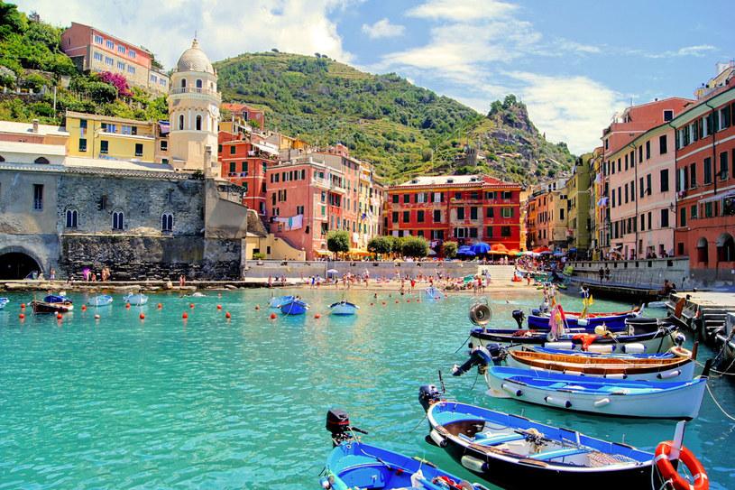 Bajecznie kolorowa Vernazza uznawana jest za najcudowniejsze miasteczko Cinque Terre. Położona na stromym wzgórzu z trzech stron oblanym morzem, urzeka kolorami /123RF/PICSEL