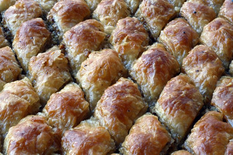 Baklawa to cienkie płaty ciasta filo przełożone słodkim nadzieniem i nasączone syropem  /© Panthermedia