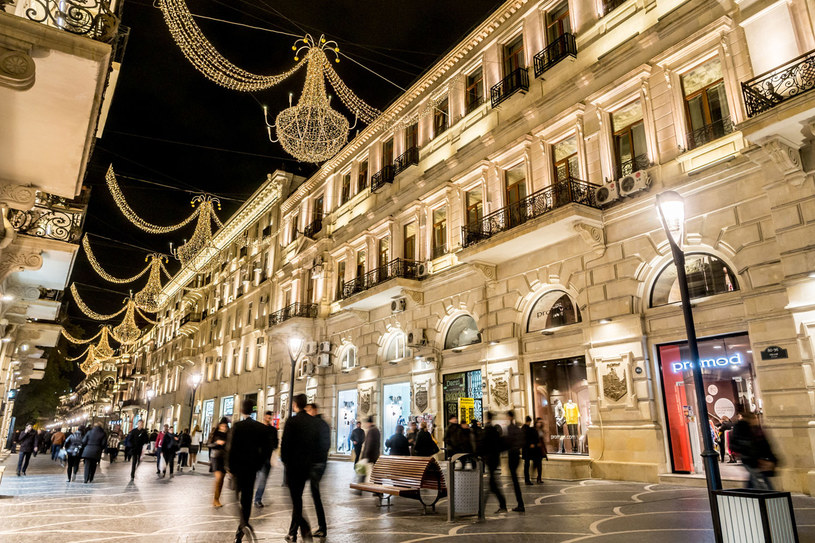 Baku - wieczorami to miasto lśni /123RF/PICSEL
