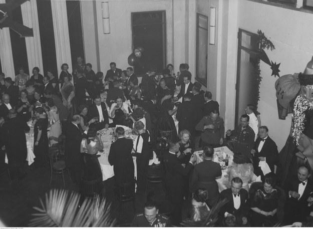 Bal sylwestrowy w kasynie 1. Pułku Szwoleżerów w Warszawie /Z archiwum Narodowego Archiwum Cyfrowego