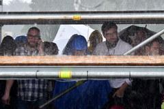 Balice w deszczu. W oczekiwaniu na papieża