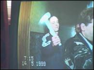 Balicki podczas wizji lokalnej pokazuje jak mordował swoje ofiary /RMF