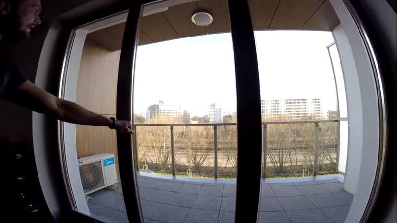 Balkon z widokiem na tory /YouTube