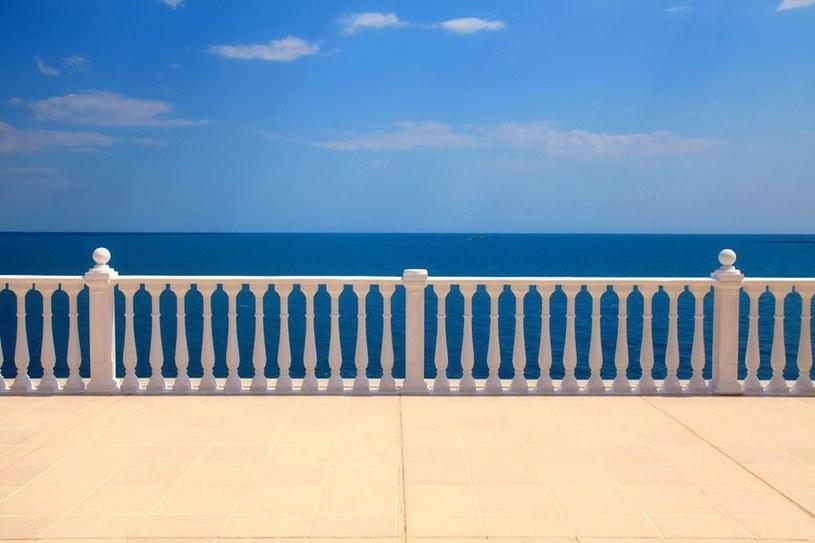 Balkoning to bardzo niebezpieczna moda /123RF/PICSEL