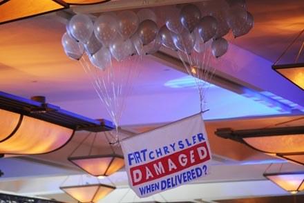 Balonowa akcja podczas przemówienia Marchionne /AFP