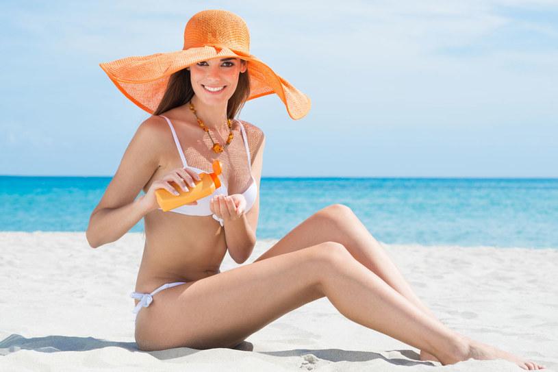 Balsam szczególnie dokładnie nakładaj na ramiona, plecy i dekolt, bo tam ciało najszybciej łapie słońce /123RF/PICSEL