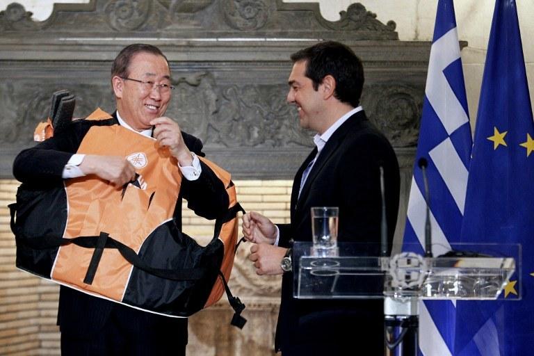 Ban Ki Mun otrzymał od Ciprasa prezent-symbol /Yorgos KONTARINIS / Eurokinissi  /AFP