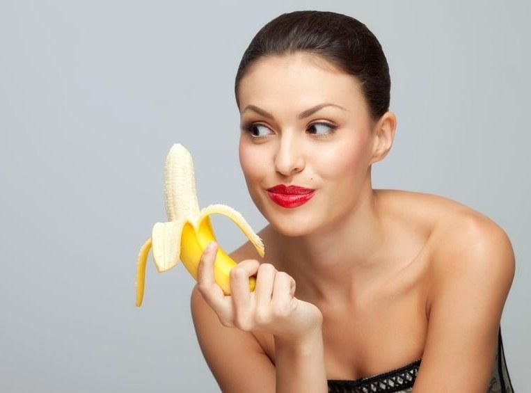 Banan to afrodyzjak, który da nam siłę do miłosnych uniesień /123RF/PICSEL
