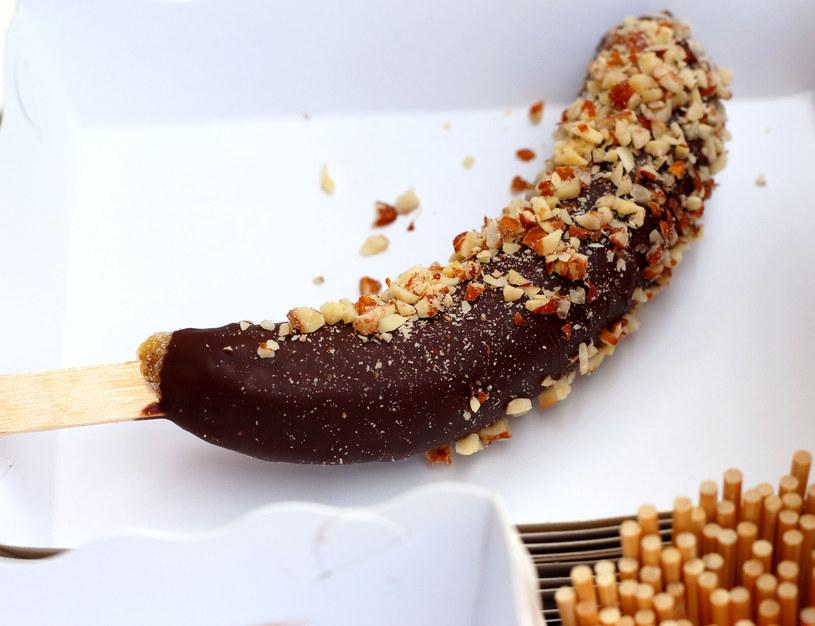 Banan w czekoladowej skorupce /123RF/PICSEL