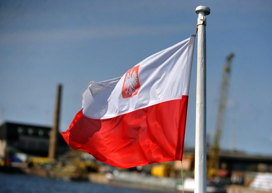 Bandera Polski na statku Odra Queen /Marcin Bielecki /PAP