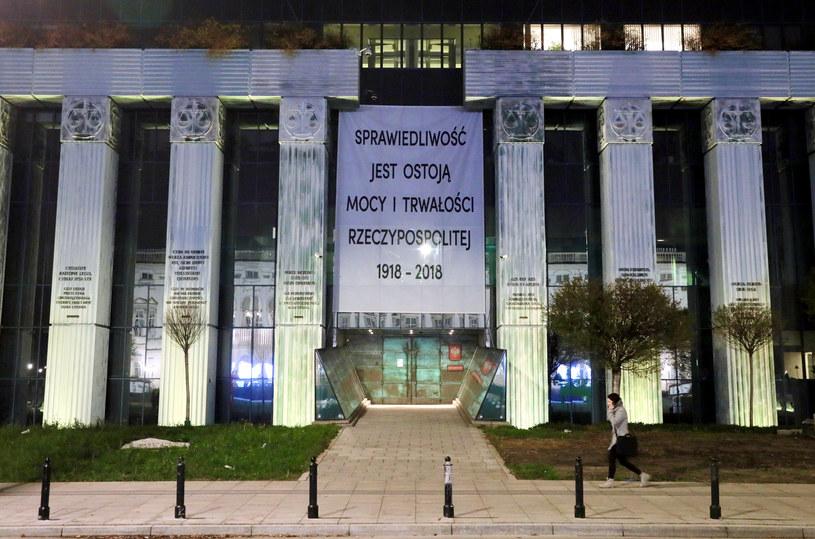 Baner na budynku Sądu Najwyższego /Piotr Molecki /East News