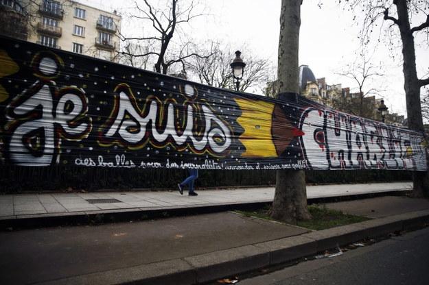 Baner upamiętniający ofiary zamachu /PAP/EPA/ETIENNE LAURENT    /PAP/EPA