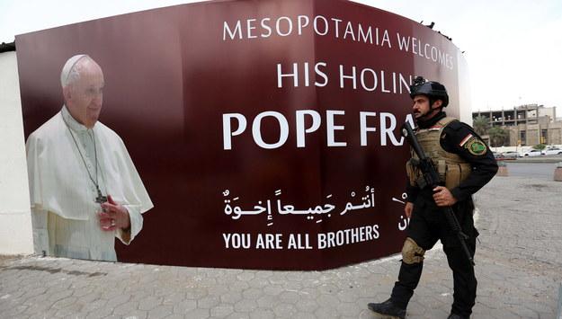 Baner zapowiadający wizytę papieża w Iraku /MURTAJA LATEEF /PAP