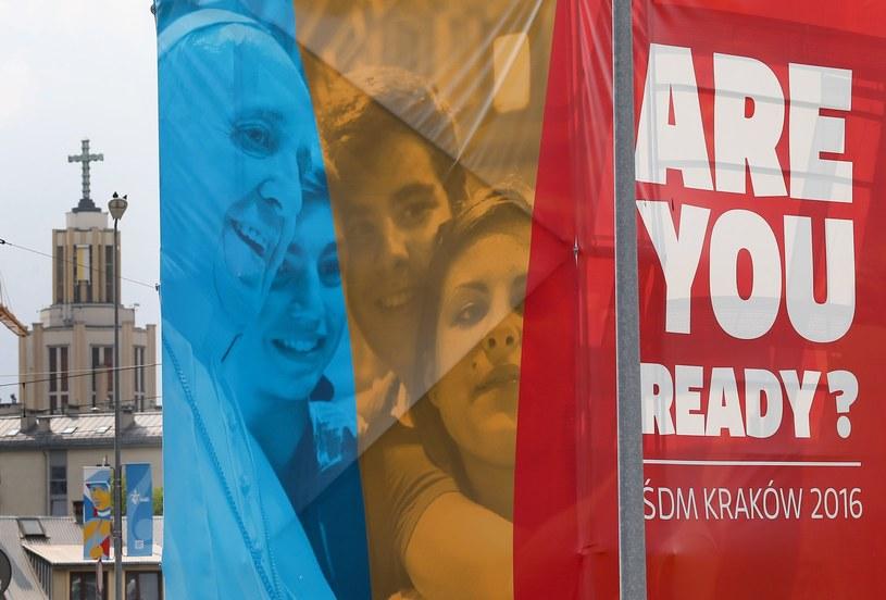 Banery z logo ŚDM na ulicach Krakowa /Damian Klamka /East News